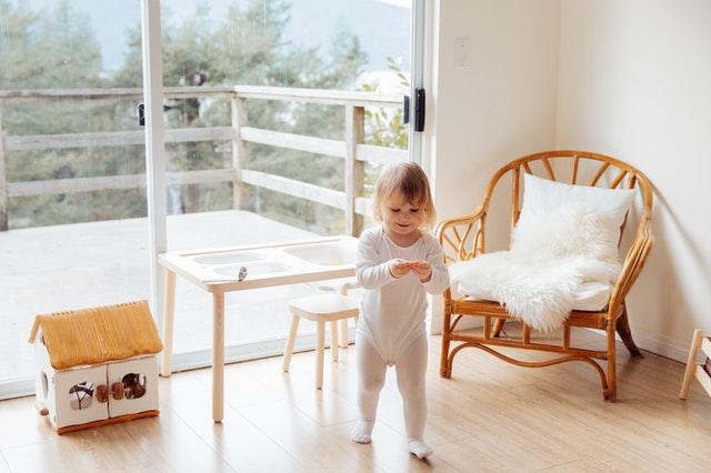 Leżaczek dla niemowlaka – co warto o nim wiedzieć?
