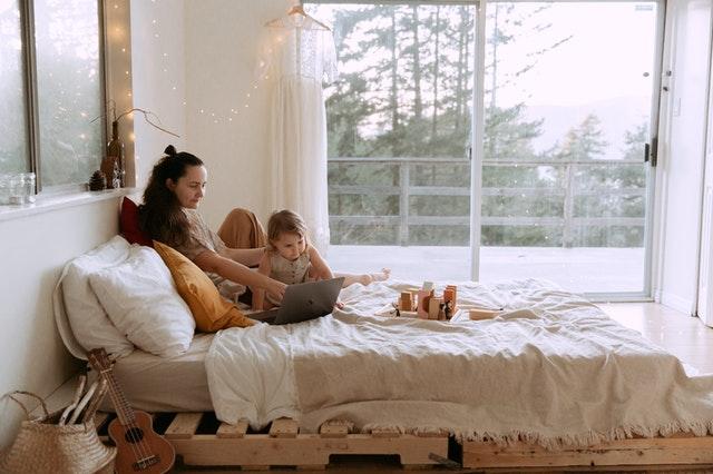 Ścianka wspinaczkowa w pokoju dziecka - świetna zabawa i ciekawy trening